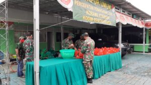 DAPUR UMUM: Anggota TNI Koramil Kresek merapihkan makanan siap saji untuk dibagikan ke warga terdampak Covid-19 di dua kecamatan, Senin 4 Desember 2021
