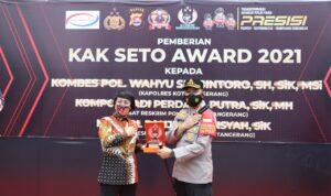 Jajaran Polresta Tangerang Polda Banten mendapatkan penghargaan Kak Seto Award, Senin (8/3/2021). Penghargaan diberikan pada upacara yang dilaksanakan di Lapangan Polresta Tangerang. Penghargaan diberikan langsung oleh Ketua Lembaga Perlindungan Anak Indonesia (LPAI) Seto Mulyadi atau karib disapa Kak Seto.