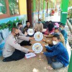 BERIKAN JAM DINDING: Polresta Tangerang memberikan jam dinding dan sembako ke guru SMA Darussalam Badak Anom, Kecamatan Sindang Jaya, Kabupaten Tangerang,